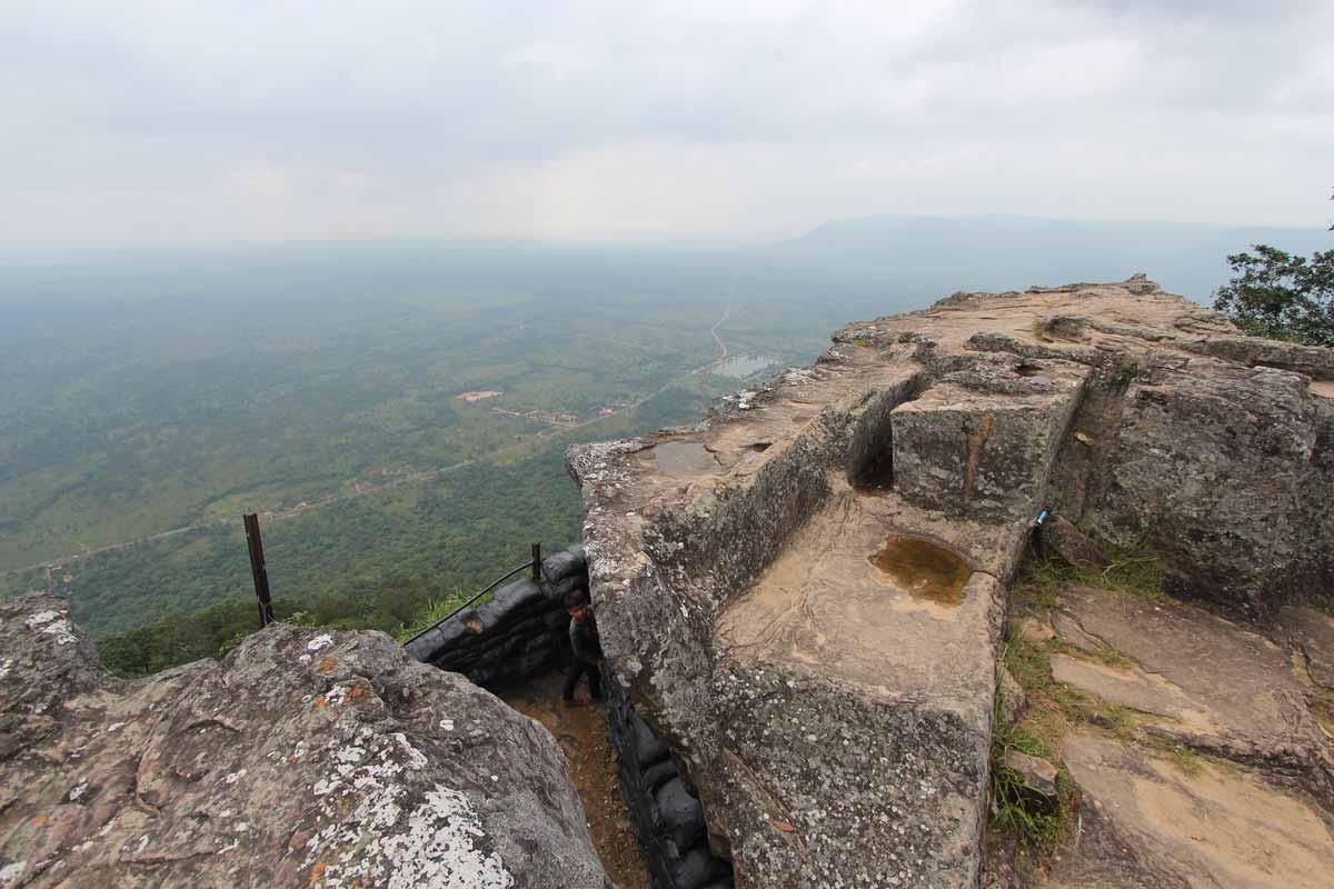 断崖絶壁の上に建つプレアヴィヒア寺院
