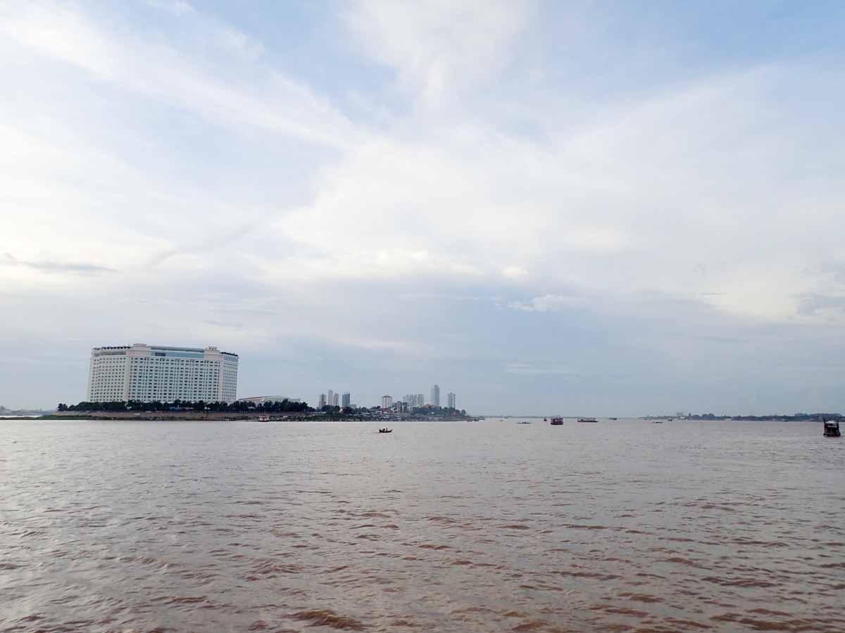 3つの河が交わる場所に建つSokhaホテル