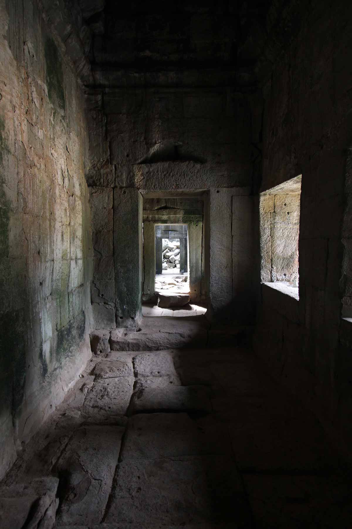 薄暗い回廊