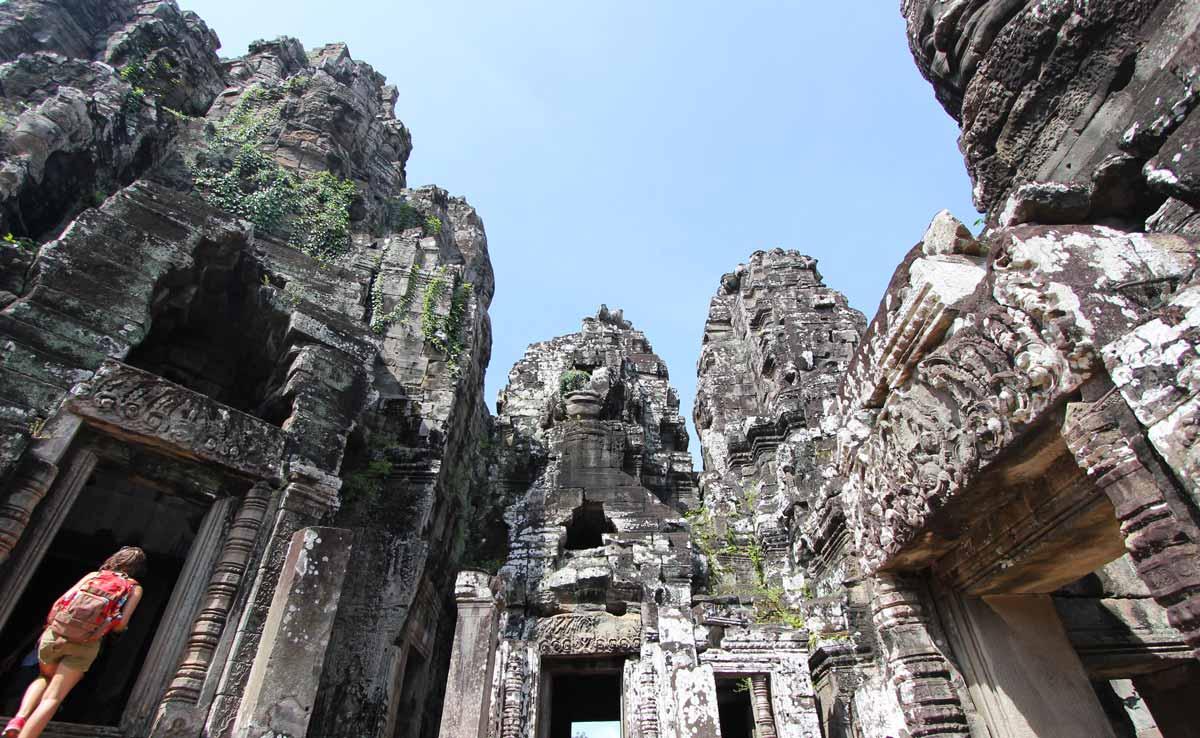 巨大な岩がそびえ立つバイヨン寺院の内部