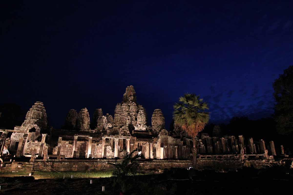 ライトアップされたバイヨン寺院