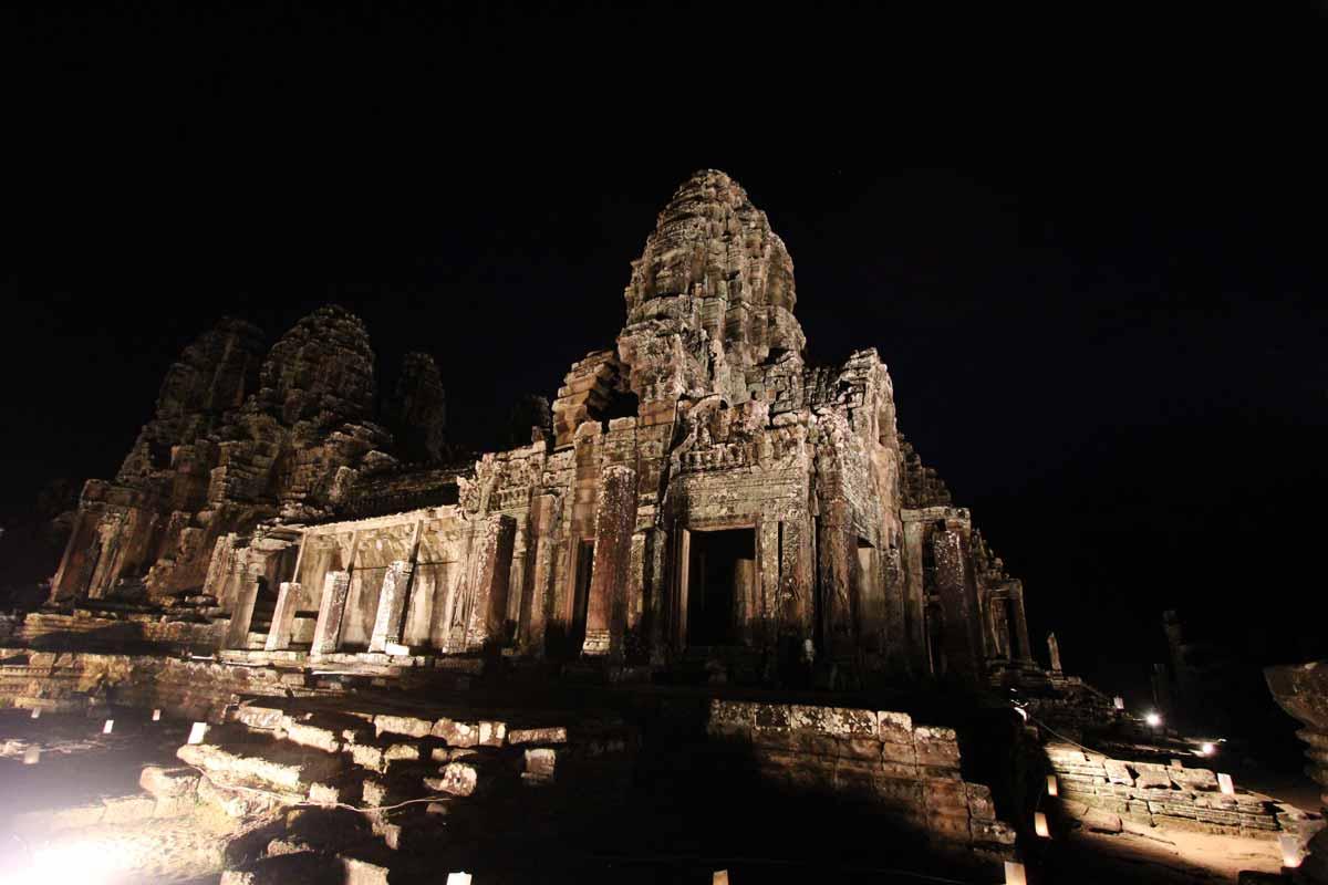 ライトアップされたバイヨン寺院の内部