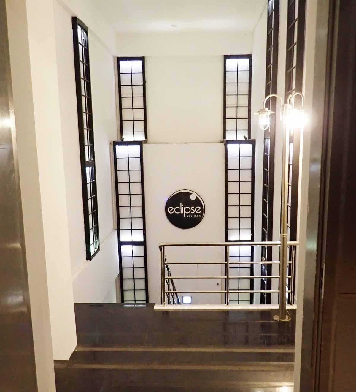 23階から屋外へ続く階段