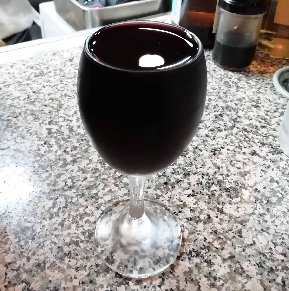 なみなみと注がれた赤ワイン