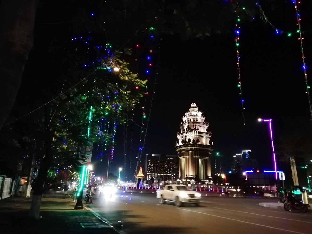 夜の独立記念塔