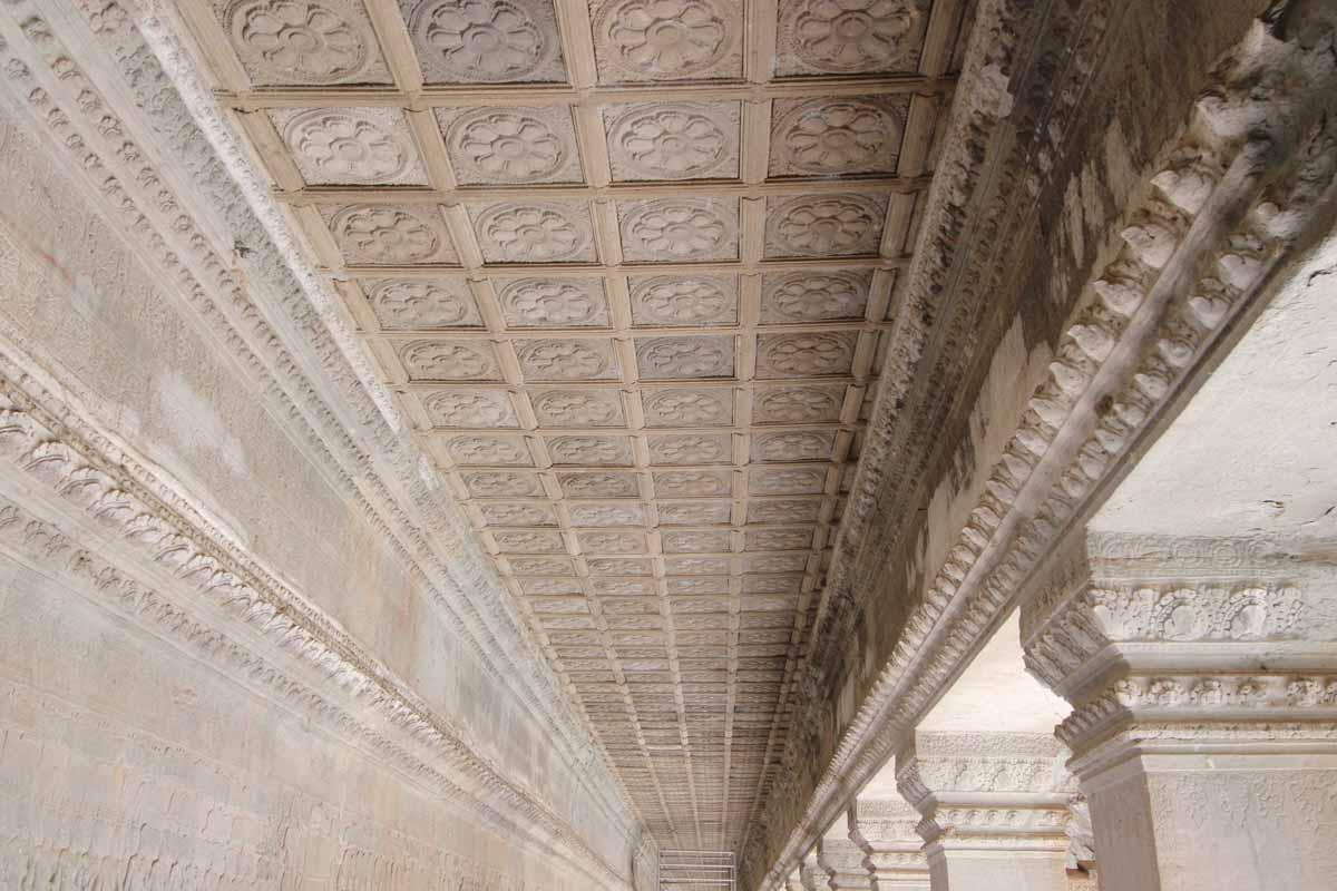 天井を埋め尽くす彫刻