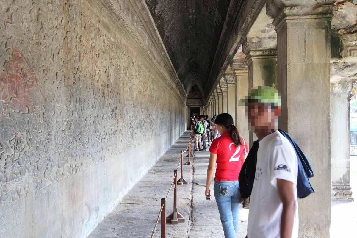 回廊を埋め尽くす彫刻