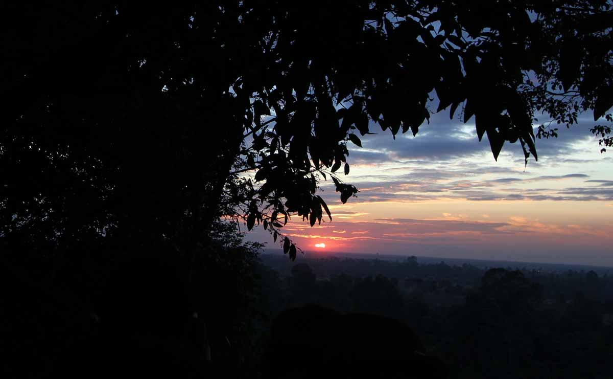 プノン・バケン寺院の下から見る夕日