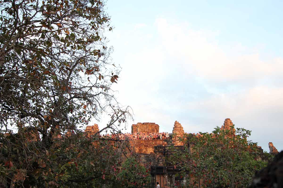 プノン・バケン寺院の上から夕日を見る人たち