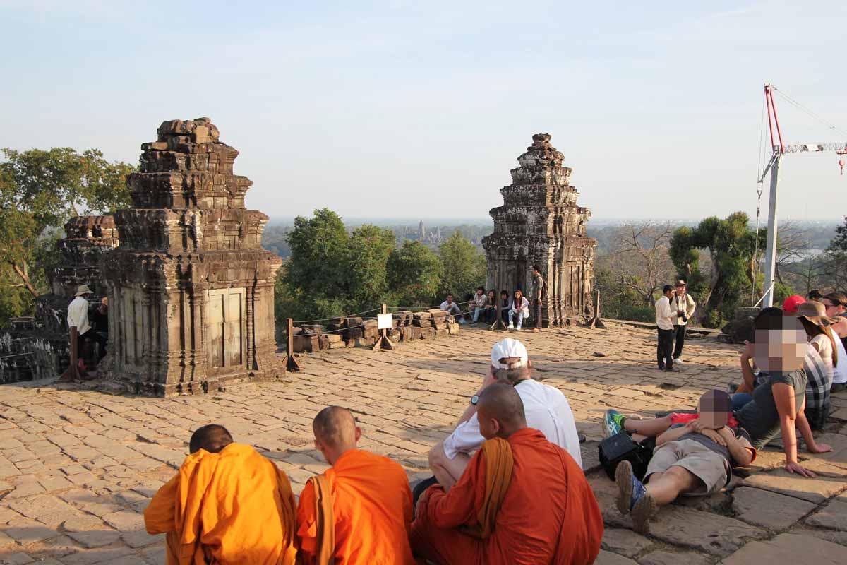 日の入りの時刻まで寺院の上で待機する人たち