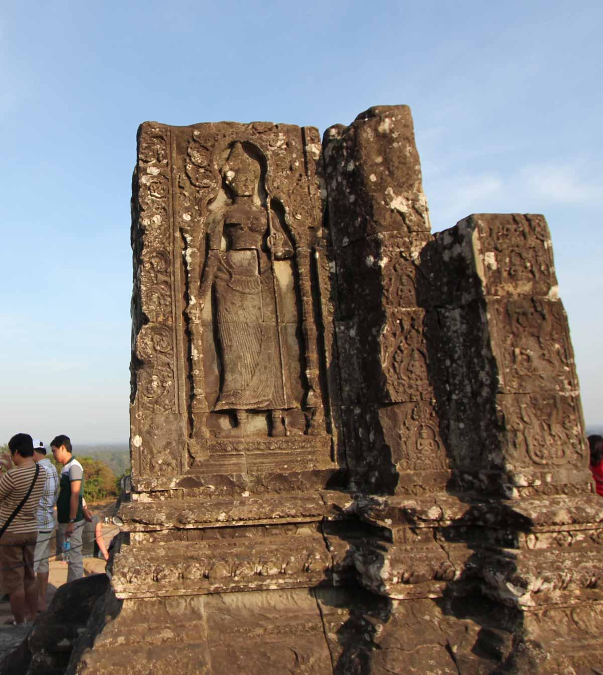 プノン・バケン寺院の像