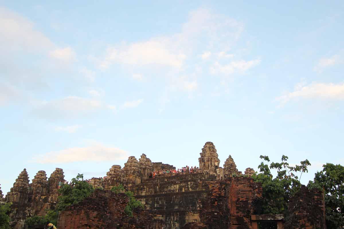 山の頂上に立つプノン・バケン寺院