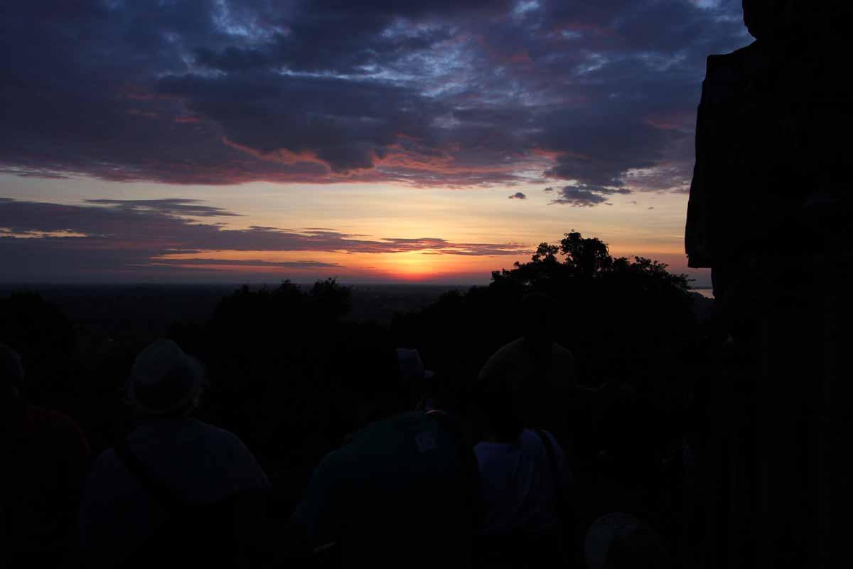 プノン・バケン寺院から見た陽が沈んだ西の空