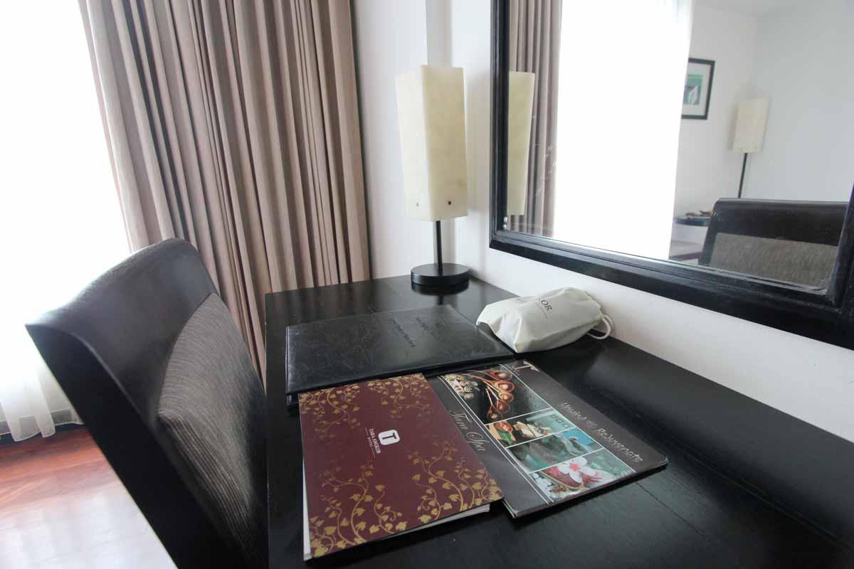 タラアンコールホテルの客室にあるデスク