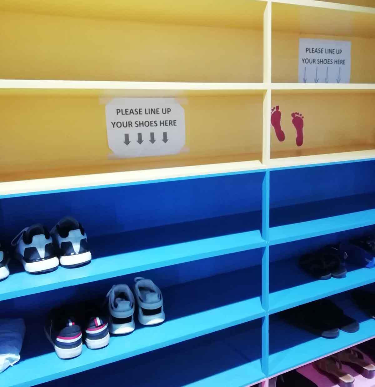靴箱に靴を入れる