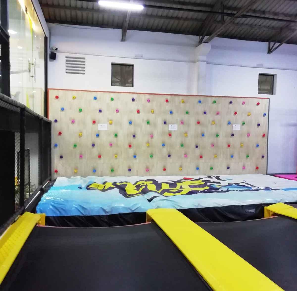 ジャンプ台からエアバッグにジャンプ!