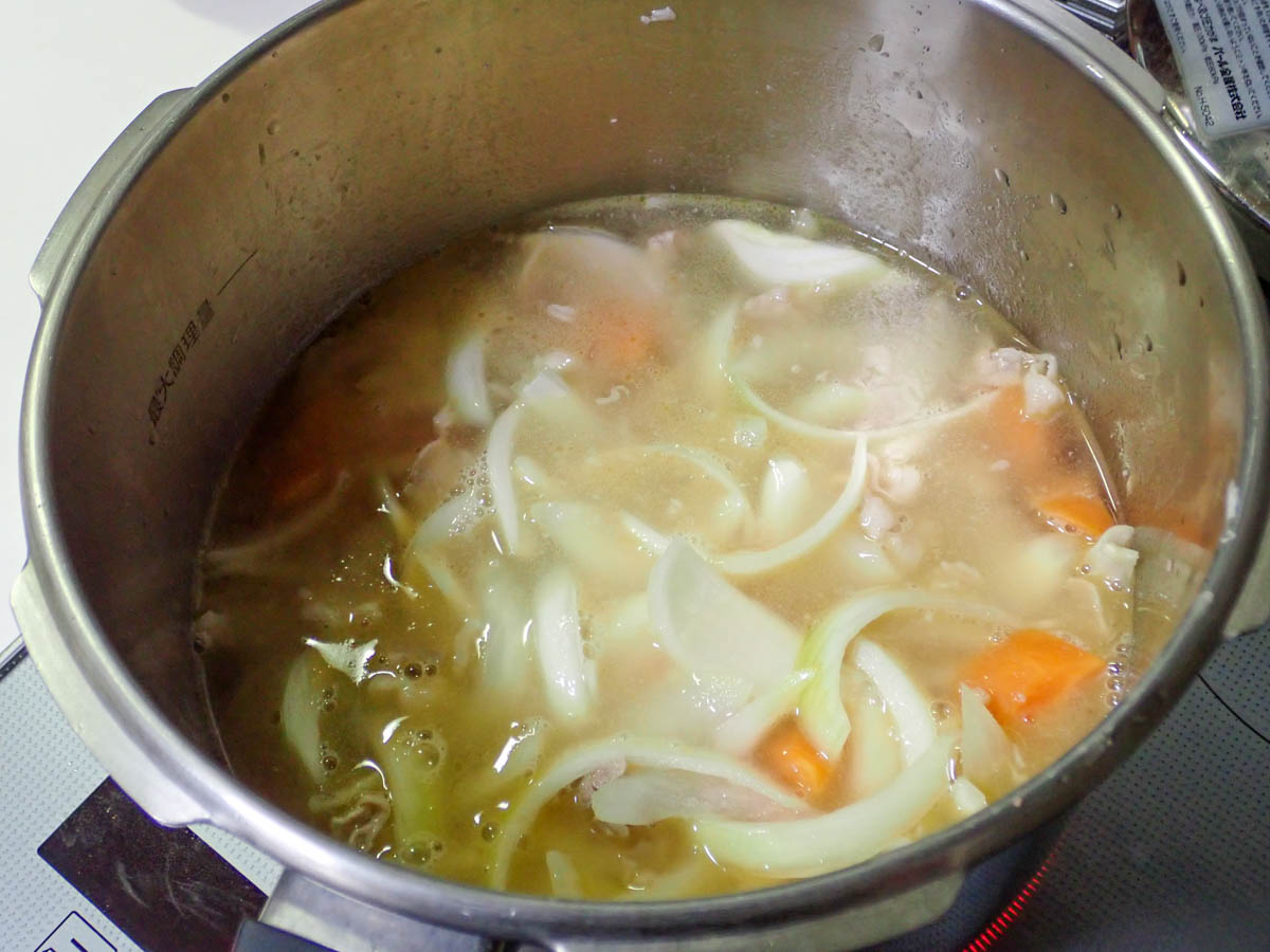水を入れた鍋