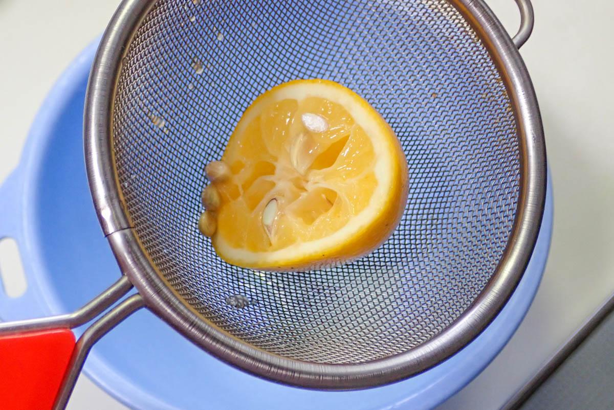 レモンの果汁を搾る