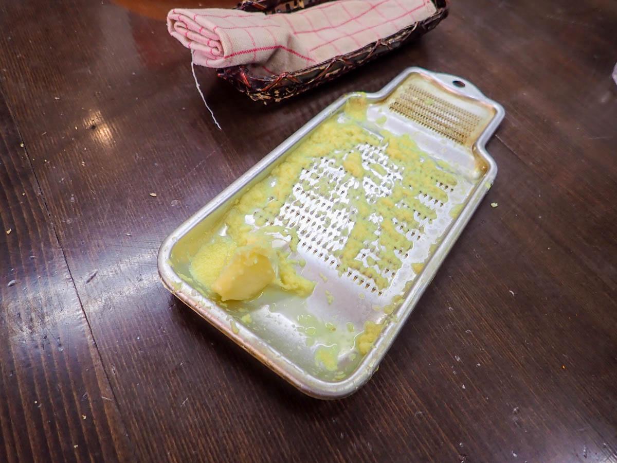 テーブルの上に置かれた生姜
