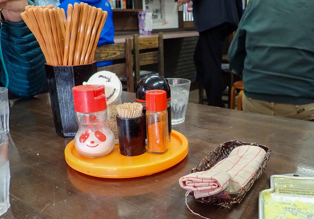 テーブル上の薬味など