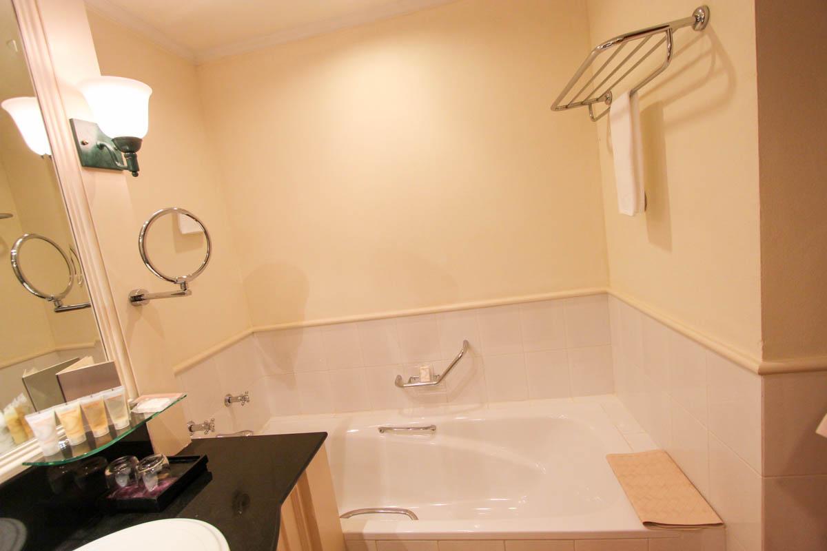 バスタブつきの浴室