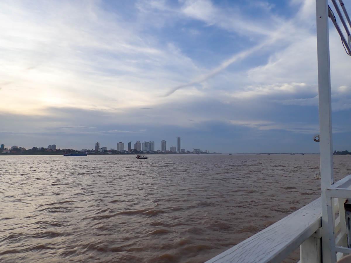 メコン河の対岸からチュロイチョンバーを望む