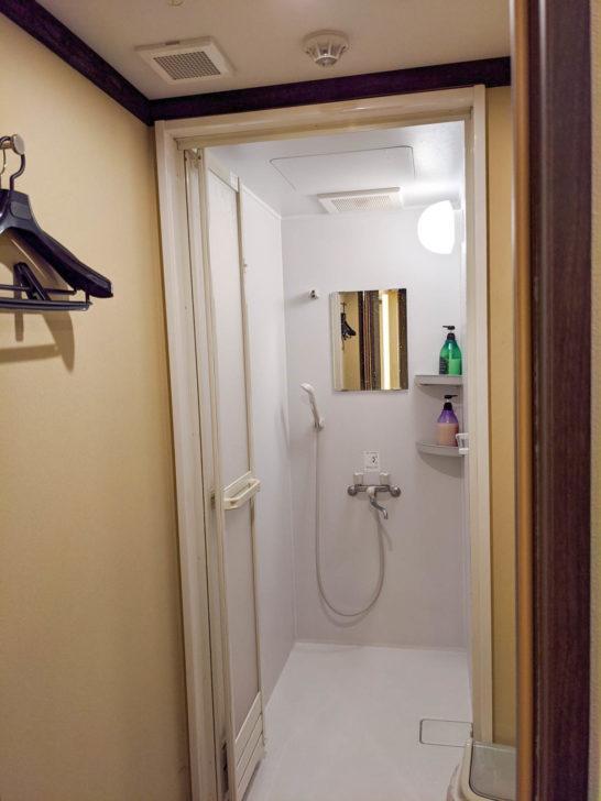 シャワールームの内部