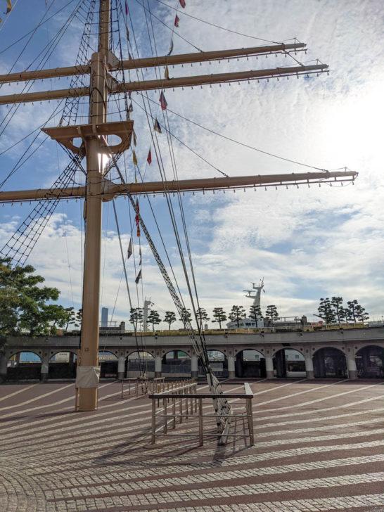 帆船の帆のようなモニュメント