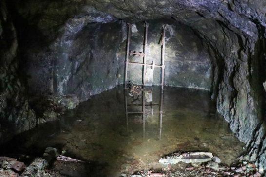 穴の奥に遺された機械の跡