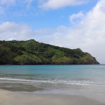 青い海が広がる父島屈指のビーチ「小港海岸」。きっと山の上に登りたくなるはず……