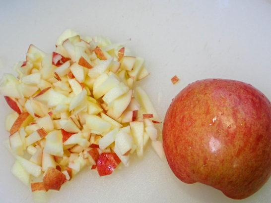 リンゴを粗く切る