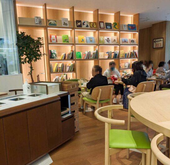 絵本などが並ぶカフェスペース