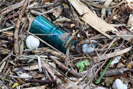 戦争時代の瓶などが落ちている