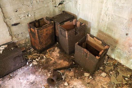 弾薬庫の中に放置されている容器