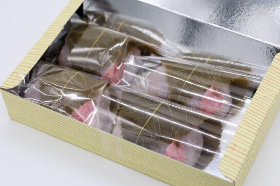 井筒八ッ橋本舗の桜餅開封写真