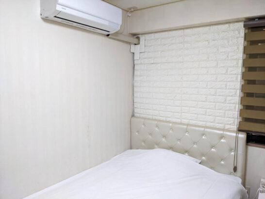シングルルームのベッドとエアコン
